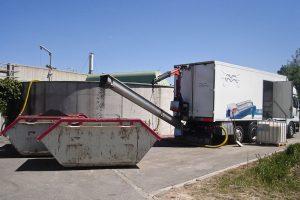 Mobile Entwässerungsanlage auf LKW; Verladung des Klärschlamms erfolgt in Mulden