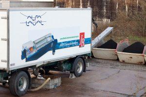 Mobile Entwässerungsanlage auf Anhänger; Verladung des Klärschlamms erfolgt in Mulden